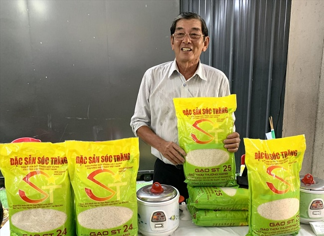người nghiên cứu gạo st25